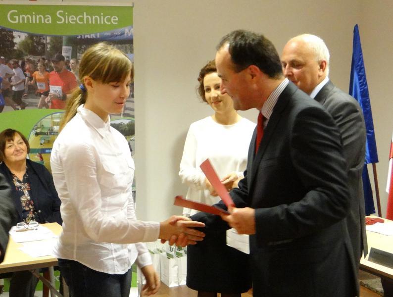 Burmistrz Siechnic wręczył gminne stypendia