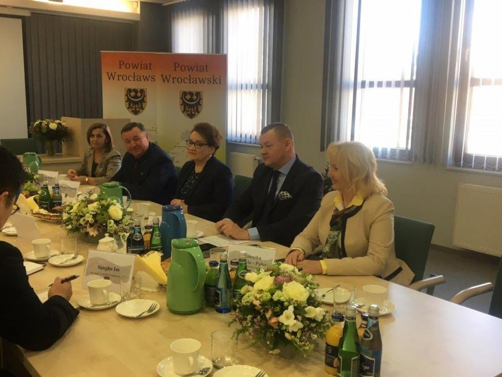 Wizyta minister edukacji narodowej Anny Zalewskiej wpowiecie wrocławskim
