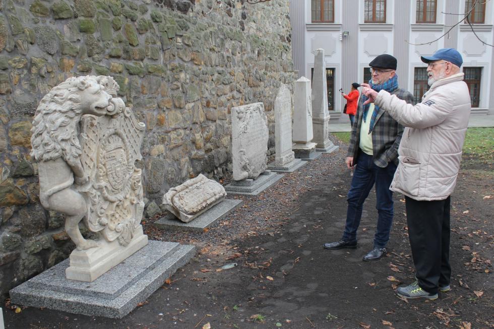 Dwanaście kamiennych rzeźb