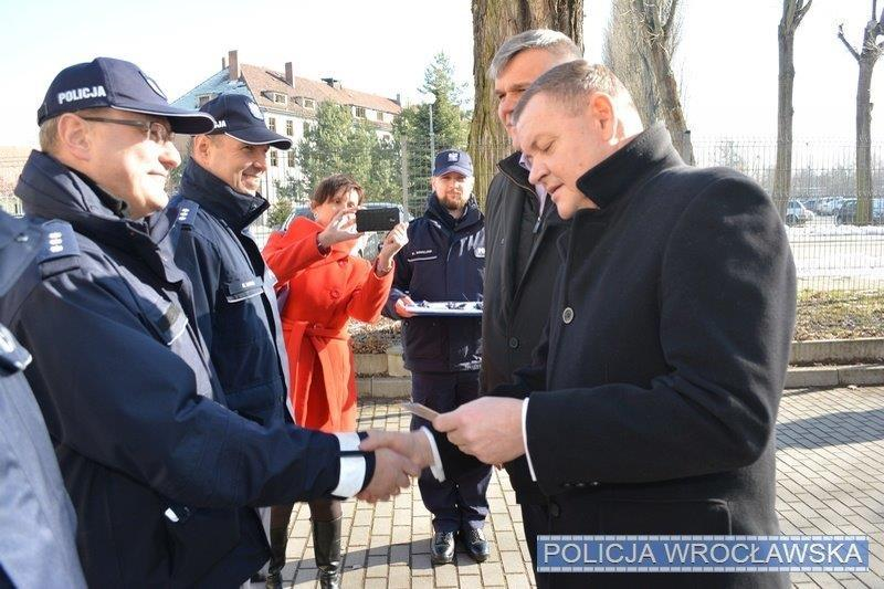 Przekazanie nowych radiowozów dla wrocławskiej policji