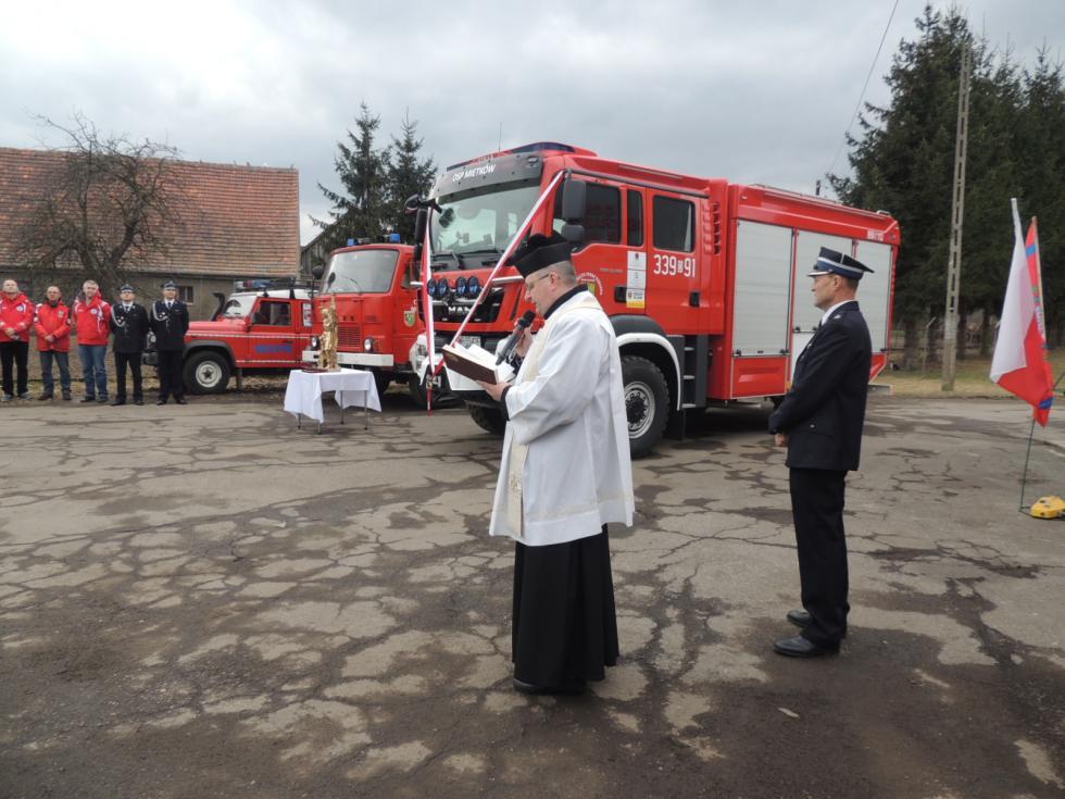 Uroczyste poświęcenie nowego samochodu ratowniczo-gaśniczego ifigury św. Floriana