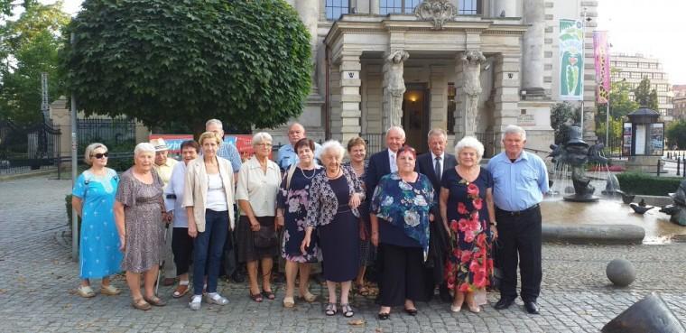 Uczestnicy Powiatowego Klubu Seniora wKątach Wrocławskich wewrocławskim Teatrze Komedia