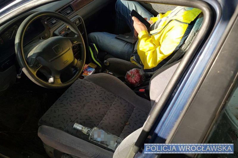 Prawie 3 promile alkoholu worganizmie ibutelka wódki obok kierownicy