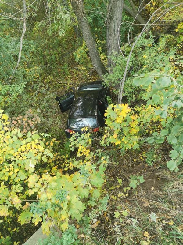 Wpadł autem dostarego koryta rzeki
