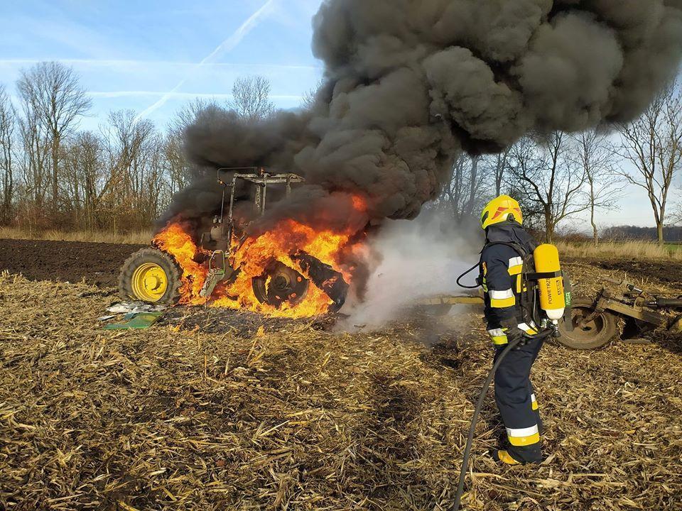 Ciągnik spłonął wpolu