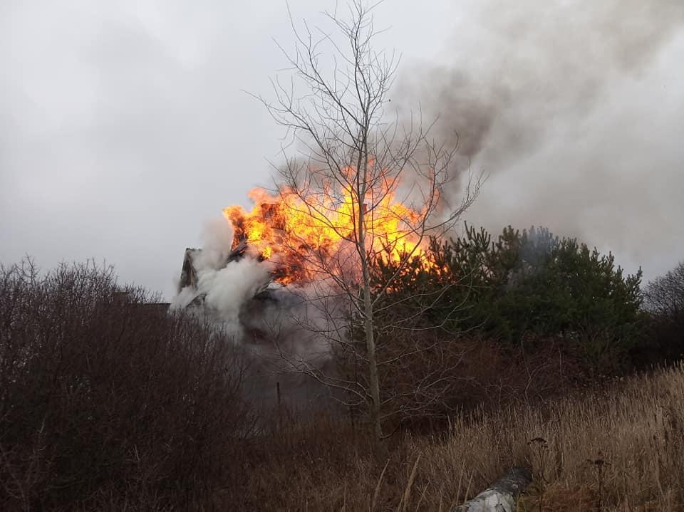 W Kotowicach płonął drewniany dom
