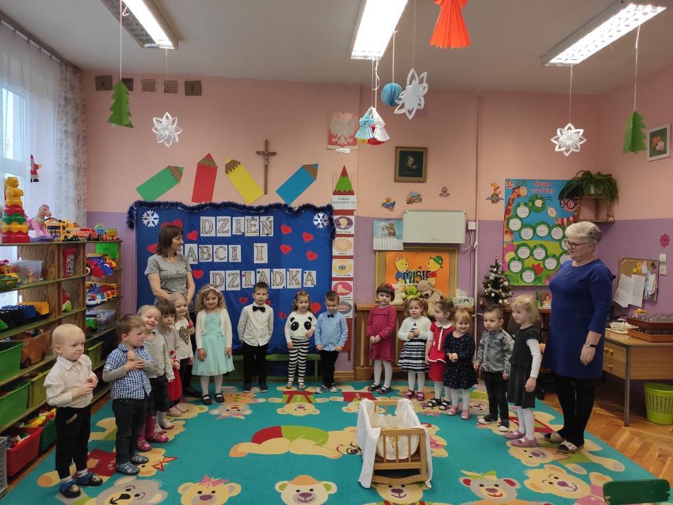 Spotkanie najmłodszych przedszkolaczków zBabciami iDziadkami