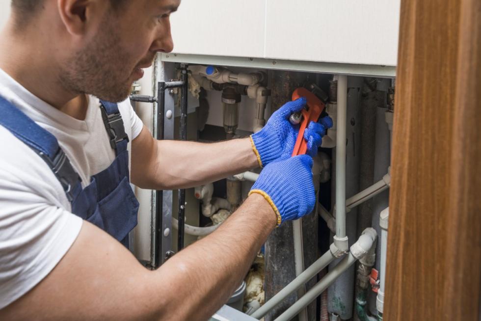 Domowy hydraulik - 4 skuteczne sposoby na walkę zatkaną kanalizacją