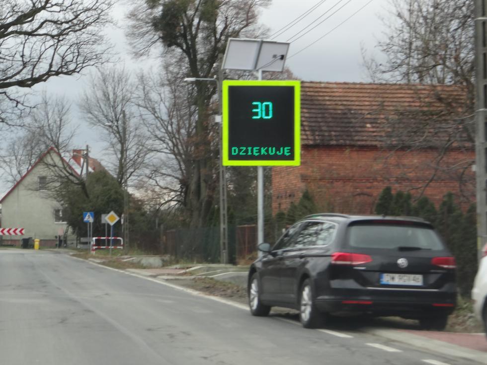 Radarowe wyświetlacze prędkości rzeczywistej wkolejnych miejscowościach