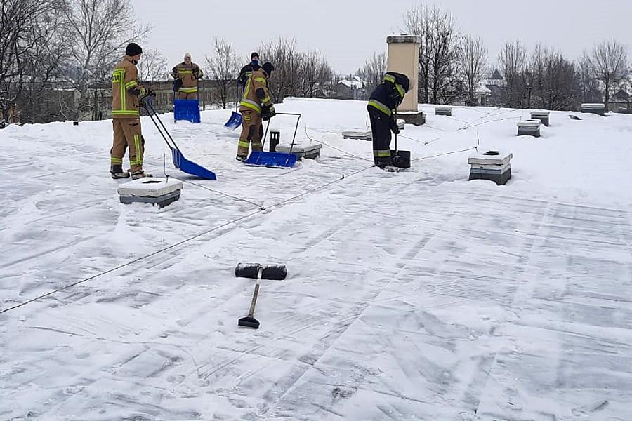 Strażacy na dachu szkoły isali gimnastycznej