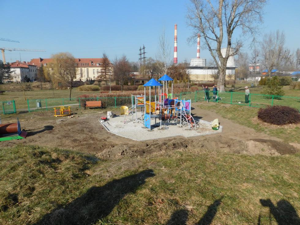 Trwa remont placu zabaw wparku miejskim przy ul. Sportowej