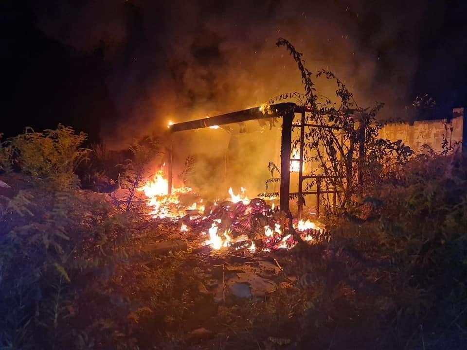 Ogień na dzikim wysypisku